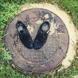 Zapatos del ` s de los viejos hombres Abandonado en la calle después de una lluvia Gastado y Imágenes de archivo libres de regalías