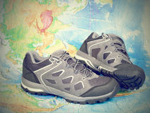 Zapatos del senderismo que caminan en el mapa del mundo Fotografía de archivo libre de regalías