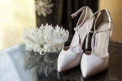 Zapatos del tacón alto, zapatos del clarete, zapatos hermosos de la boda, acce nupcial Imágenes de archivo libres de regalías