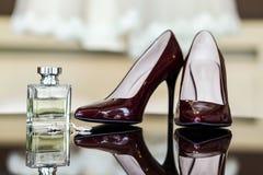 Zapatos del tacón alto, zapatos violetas, zapatos del clarete, perfumes para las mujeres, bea Imágenes de archivo libres de regalías