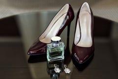 Zapatos del tacón alto, zapatos violetas, zapatos del clarete, perfumes para las mujeres, bea Imagenes de archivo