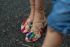 zapatos del verano de la mujer que desgastan Imagen de archivo