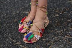 zapatos del verano de la mujer que desgastan Foto de archivo