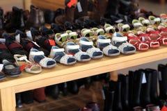 Zapatos del verano de los niños en el estante Fotos de archivo