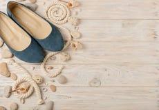 Zapatos del verano del ` s de las mujeres por días de fiesta de la playa Imágenes de archivo libres de regalías