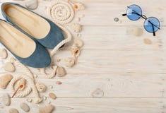 Zapatos del verano del ` s de las mujeres por días de fiesta de la playa Imagen de archivo libre de regalías
