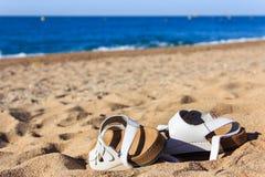 Zapatos del verano en la playa foto de archivo libre de regalías