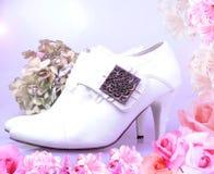 Zapatos del vintage de la novia con el marco rosado de las flores Imagen de archivo libre de regalías