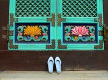 Zapatos delante del templo budista imagenes de archivo