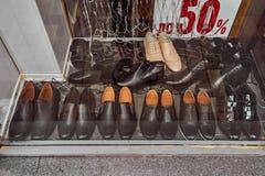 Zapatos detrás del vidrio en el viejo contador Fotos de archivo libres de regalías