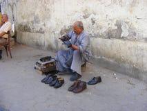 Zapatos egipcios de la limpieza del hombre Imagenes de archivo