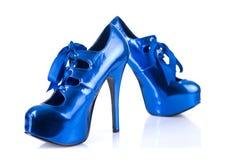Zapatos elegantes azules del tacón alto Imágenes de archivo libres de regalías