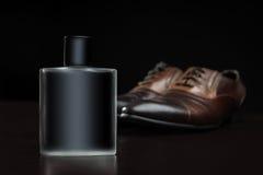 Zapatos elegantes del perfume y de los hombres Fotos de archivo libres de regalías