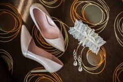 Zapatos elegantes hermosos del blanco de la boda Imagen de archivo