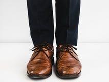 Zapatos elegantes y pantalones azules imagenes de archivo