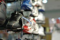 Zapatos en alameda de compras Imagen de archivo