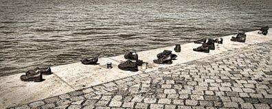Zapatos en el banco de Danubio Imagen de archivo libre de regalías