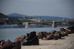 Zapatos en el banco de Danubio cerca de Parlament, foto de archivo