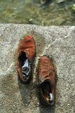 Zapatos en el banco de Danubio foto de archivo