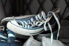 Zapatos en el estante del zapato Foto de archivo