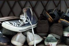 Zapatos en el estante del zapato Fotos de archivo