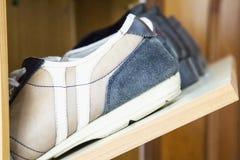 Zapatos en el estante del zapato Fotografía de archivo