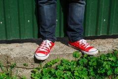 zapatos en el hormigón contra el fondo Fotos de archivo libres de regalías