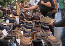 Zapatos en el mercado de pulgas Imagen de archivo