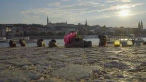 Zapatos en el río Danubio almacen de video