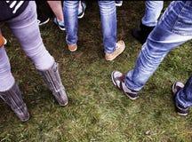 Zapatos en hierba Foto de archivo libre de regalías