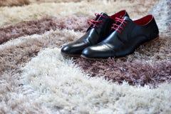 Zapatos en la alfombra imágenes de archivo libres de regalías