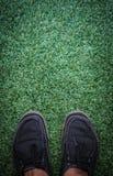 Zapatos en la hierba Imagen de archivo libre de regalías