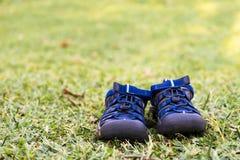 Zapatos en la hierba Foto de archivo