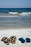 Zapatos en la playa fotografía de archivo