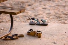 Zapatos en la playa foto de archivo