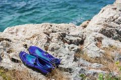 Zapatos en orilla Imagen de archivo