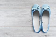 Zapatos en piso de madera Imágenes de archivo libres de regalías