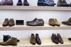 Zapatos en shoestore Imagen de archivo libre de regalías