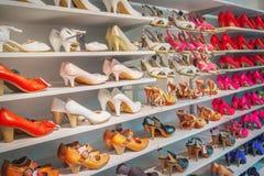 Zapatos en tienda fotos de archivo libres de regalías
