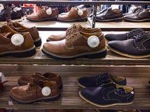 Zapatos en tienda de ropa Imagenes de archivo