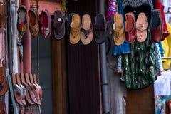 Zapatos en un mercado Foto de archivo libre de regalías