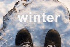 Zapatos en una nieve foto de archivo