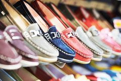 Zapatos en una tienda fotos de archivo libres de regalías