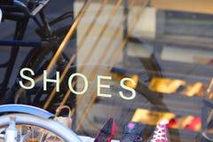 Zapatos en ventana del departamento Imagen de archivo libre de regalías