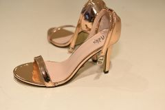Zapatos entre bastidores antes de la demostración nupcial de la pista de la colección de Julie Vino Havana 2018 Imagen de archivo libre de regalías