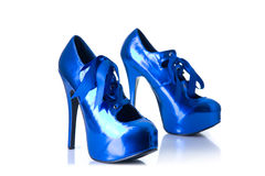 Zapatos femeninos azules metálicos del tacón alto Fotos de archivo