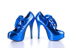 Zapatos femeninos azules metálicos elegantes Fotografía de archivo libre de regalías