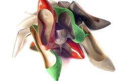 Zapatos femeninos brillantes, multicolores en los tacones altos Fotografía de archivo libre de regalías