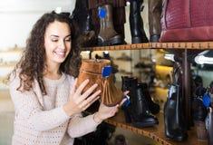 Zapatos femeninos de compra femeninos del invierno en zapatería Fotos de archivo