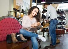 Zapatos femeninos de compra femeninos del invierno en zapatería Imagen de archivo
